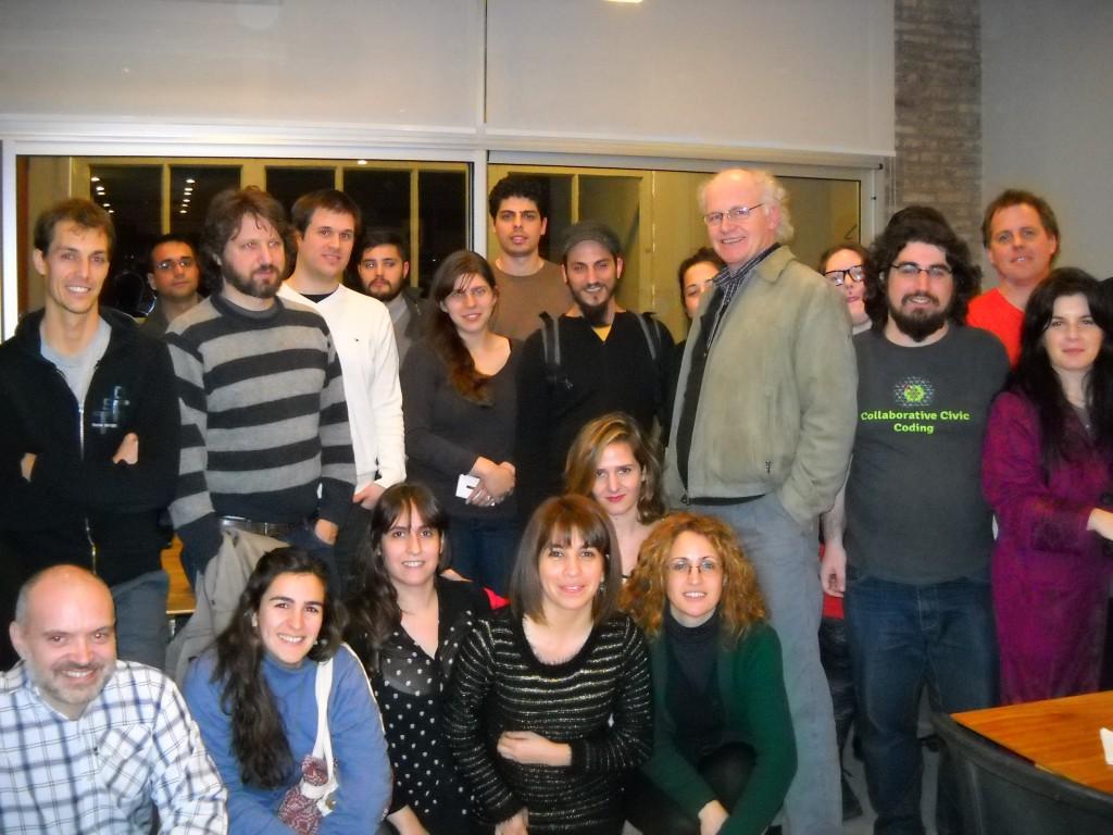 Foto de 20 personas mirando a cámara, de ambos sexos y varias edades en vestimenta casual.